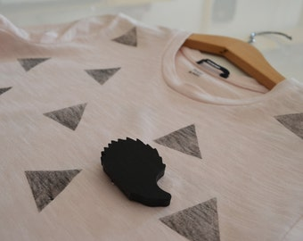 Handprinted cotton t-shirt with brooch (girl)