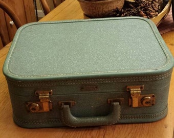 1950's Ladies traincase Aeropak luggage. Apricot acetate interior.