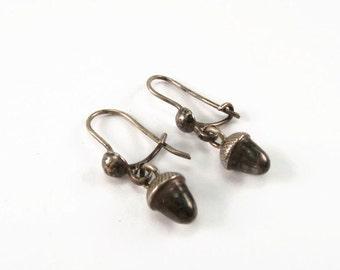 Cute, vintage silver acorn earrings/acorn jewelry/small silver earrings/vintage earrings/autumn earrings/dangle earrings/acorn drop earrings