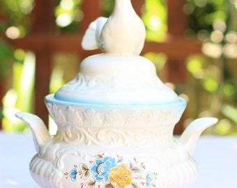 The bird, old tureen vases covered earthenware / Italian