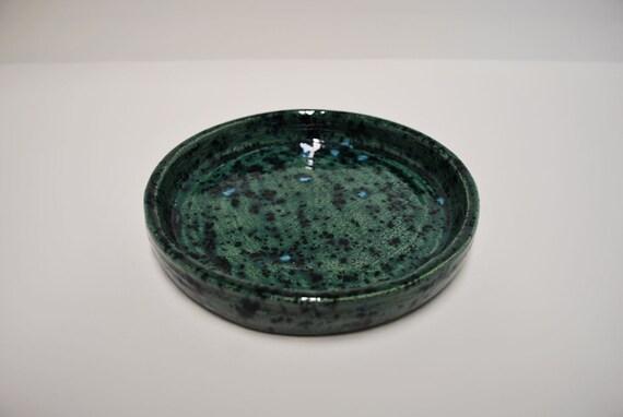 Beautiful hand made mottled Green dish with blue flecks /  Beau plat fait main avec le vert tacheté avec des taches bleues