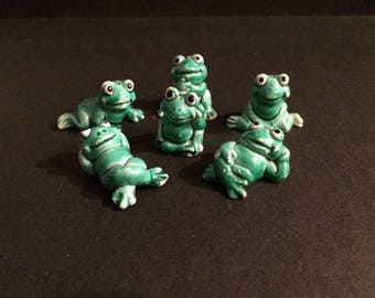 6 small plastic frogs figures