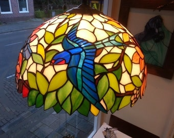 Tiffany lamp in stained glass,  beautiful glass lampshade with leaves and birds with different colors on all sides , 40 cm diameter