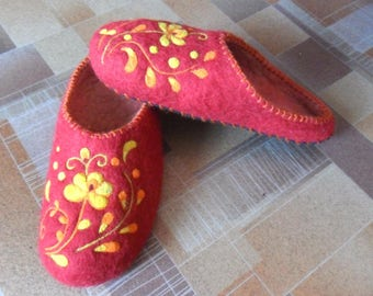 Women house shoes -  felted wool slippers with flowers  - Mothers day gift - made to order - gift for her - women slippers - wool slippers