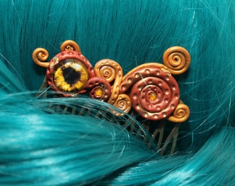 Ingenious hair comb with eye