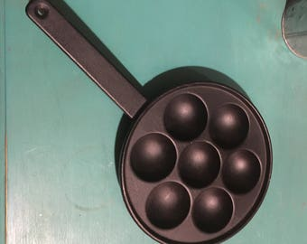 GRISWOLD~ Vintage Cast Iron 7-Well AEBLESKIVER Pancake Ball Pan- no 32/A 962-Made in USA