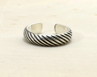 Grooved Gear Patterned Sterling Silver Toe Ring with Mechanical Intrigue – Solid 925 TR1570