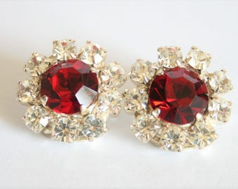 Vintage red crystal earrings.  Clip on earrings. Red rhinestone earrings.  Vintage jewellery.  Antiker Schmuck