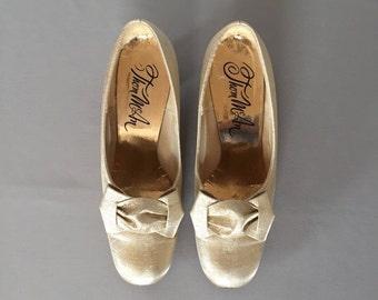30% OFF WINTER SALE... Marie Antoinette golden pumps   bow heels