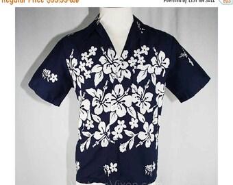Men's Medium Navy & White Hibiscus Mens Aloha Shirt - 1960s Cotton - Short Sleeved - Ui-Maikai - Made in Hawaii - Chest 42 - 39552-1