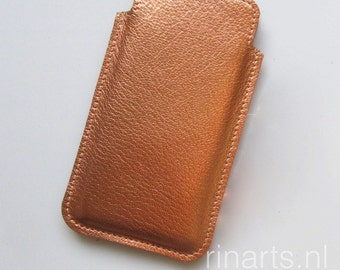 Leather iPhone  6s and 7 case in rosé gold / light copper metallic full grain veg tanned leather.  Leather iphone 6s and iPhone 7 sleeve.