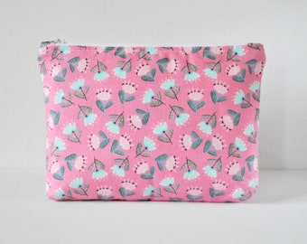 Woman's padded beauty cosmetics travel make up pouch 50s style daisy print in candy pink,blue and white in large.