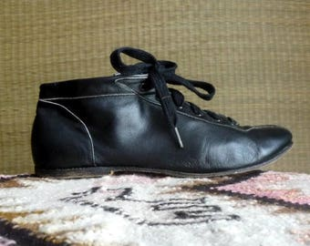 Vintage leather booties / lace up black leather shoes ankle boots / flat heel laceups / shoe boots