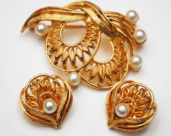 Lisner Floral Brooch and earring Set - White Pearl -  Gold plated - Flower - Mid Century Pin - Clip on earrings