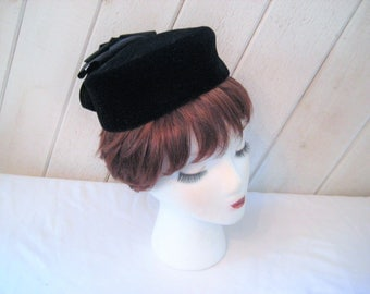 Black velvet pill box hat, large decorative bow, Formal evening hat, church hat, mid century, 1950s, party hat