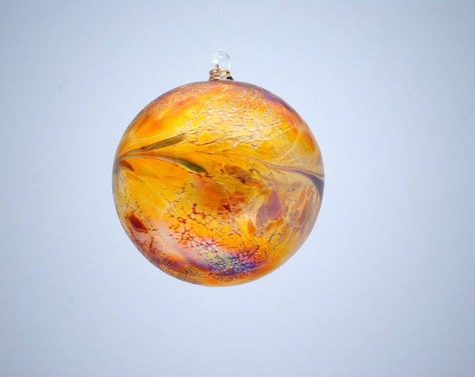 e00-62 Medium Iridescent Ornament Gold
