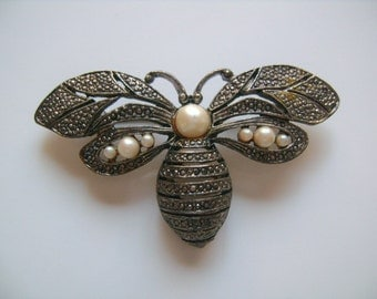 Mimi Di N 1987 Jewelry Lovely Bumblebee Honey Bee Brooch Pin Pewter Metal With Imitation Simulated Faux Pearls Accents Beautifully Detailed
