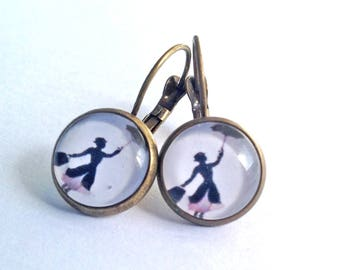 Boucles d'oreille en bronze, cabochons en verre Mary Poppins. Earrings with Mary Poppins, bronze and glass.