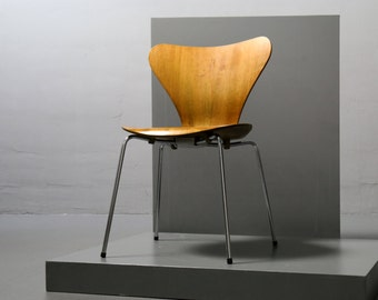 Fritz Hansen, Arne Jacobsen 3107, apricot, Chair from 1995 Stacking Chair, Serie 7 Chair
