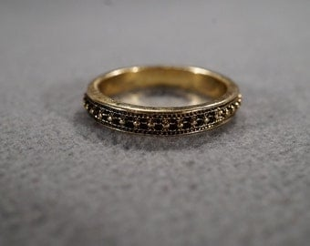 vintage gold tone band ring with decorative eternity accents, size 9  M2