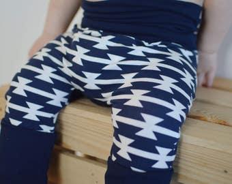 Pantalons évolutifs Aztec Marine - Navy Aztec Grow With Me Pants - Maxaloones - Bum Circle Pants - Cloth Diaper Pants - Baby Pants