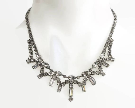 Mid 20th century rhinestone necklace in rhodium plated silver tone metal setting, differently shaped rhinestones, decorative central section