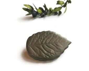 Dark green leaf brooch, Folk environmentalist pin, Rustic woodland forest, Gift for nature lovers, openair wedding accessories, organic