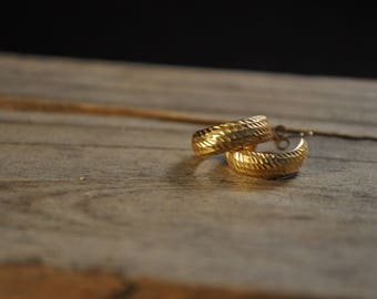 Vintage gold stud earrings 14k gold stud earrings hoop earrings loop earrings small gold earrings gold hammered earrings KI1191