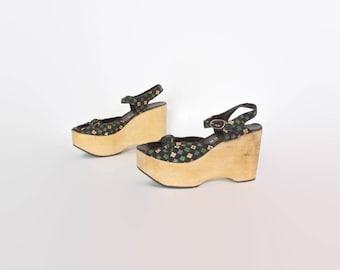 Vintage 70s Floral Sandals / 1970s Boho Hippie Black Cotton Print & Wood Sole Platforms 8