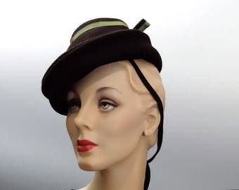 "Vintage Toy Tilt Hat ""New York Creations"" Brown Felt with Green Ribbon Trim - 1940's Women's Accessories"