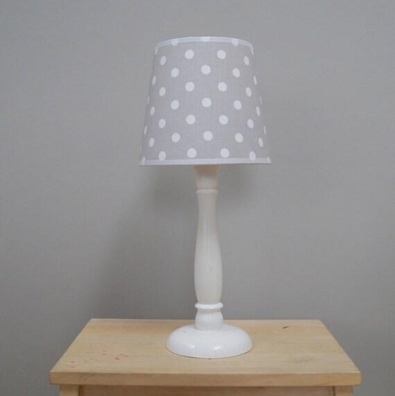lampe de chevet avec abat-jour pour une chambre d'enfant