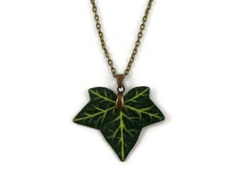 Collier feuille de lierre verte, collier fantaisie nature, collier éco-responsable en plastique peint (CD recyclé), esprit zéro déchet
