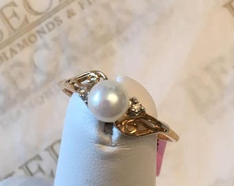 Vintage 10k yellow gold 5.5mm White Akoya Cultured Pearl Filigree Scroll Ring with 2 Diamonds size 7