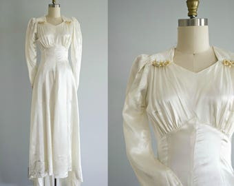 1930s off white satin wedding dress . vintage 30s simple retro wedding gown long sleeves and wax flowers . xsmall . pettite . Dancing Mode