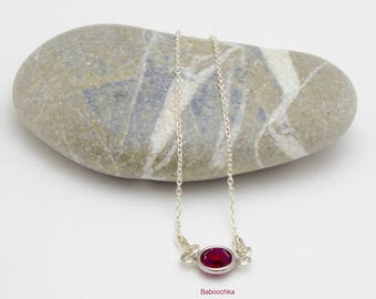 """Bracelet précieux """"Tika"""" en argent 925 et petit sertis swarovsky facetté de couleur rubis"""