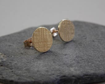 Chips fine earrings in gold with a hammered effect.