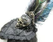 Gothic Peacockfeather fascinator in bronze gold with a skull, schwarzer kleiner Fascinator mit bronze lila Totenschädel und Pfauenfeder