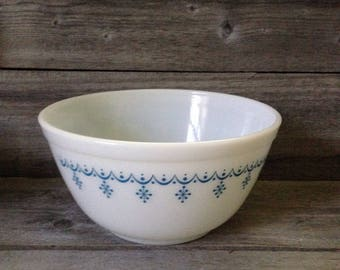 Vintage Pyrex Snow Garland 1 1/2 quart #402 mixing bowl in mint condition | Nesting Bowl