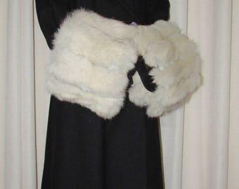 """Chic paire de manchettes  (cuffs) géante  de fourrure de renard blanc /Beautiful pair of white giant fox fur cuffs 22""""1/2 X 9"""""""