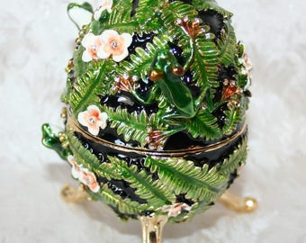 Œuf after K.faberge musical jewelry box design enameled frog, roses, leaves