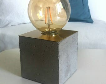 "Table lamp ""Willi"" made of concrete with brass, cube"