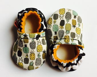 Pineapple // Baby booties // Crib shoes