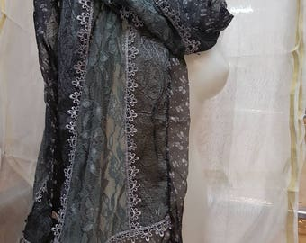 Exclusive patterned scarf with flowers, with lace