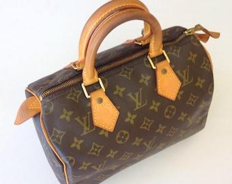 Good Condition!!! Authentic Vintage 90's LOUIS VUITTON Classic Monogram Speedy 25 Handbag. Comes with Padlock(no key) & Dustbag