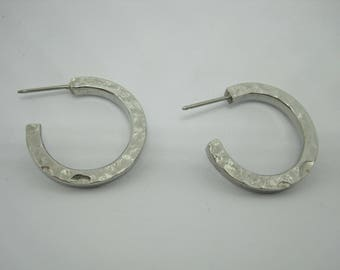 Vintage 80's gorgeous small hammered silver tone pierced hoop earrings.