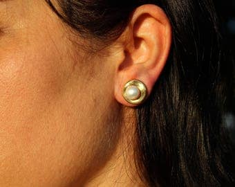 Pearl stud earring, 24k gold plated or sterling silver plated, stud earring, pearl earrings.