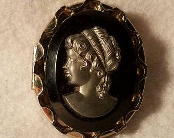 Cameo Locket Silver Pewder.