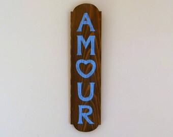 """Panneau mural en bois massif avec le mot """"AMOUR"""" peint en bleu"""