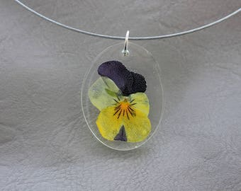 Choker + oval pendant 3 x 4 cm in resin and dried Pansy violet yellow flower