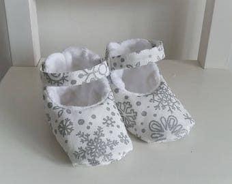Chaussons bébé mixte en coton blanc et argent et fourrure blanche. Cadeau de naissance. Taille 3-6 mois. Motifs flocons